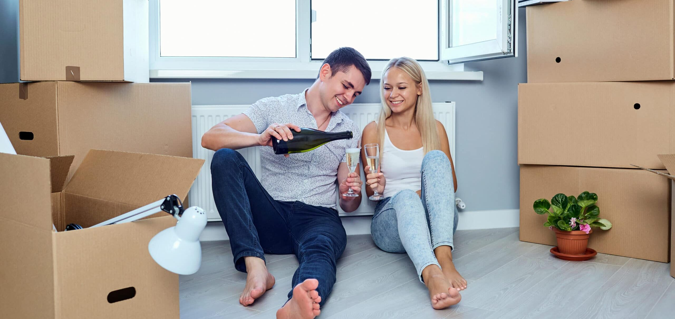 happy-couple-drinks-champagne